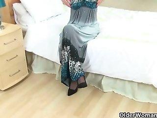 English milf Sexy P&#039_s puffy pussy needs TLC