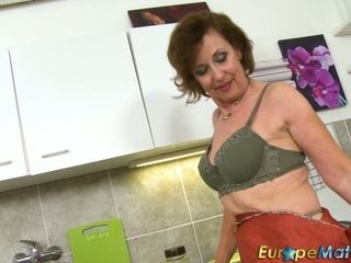 Elder housewife is jacking her vag in the kitchen