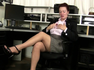 Spunky cougar Andi James from Florida fondles clitoris in nylons