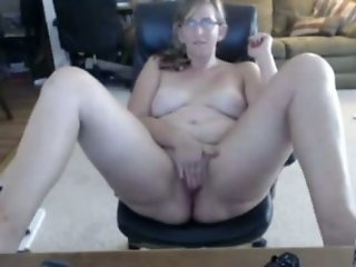 Fat mature slut in glasses puts on a nice webcam show for me