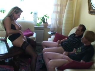 Misrender fickt ueberredet zwei Freunde der Tochter zum Ficken