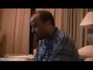 Arab خليجية مراهقة تحمل سكين على سواق وتقوله اشلح (http://bit.ly/2Dszawa)