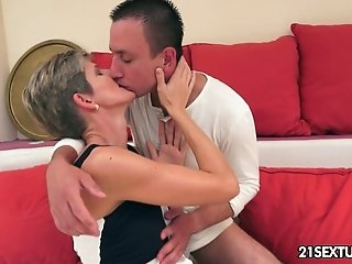 Short haired dumpy mommy fucks with young unskilled guy